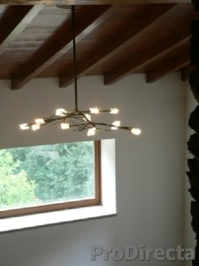 Dinning room chandelier hanguing from ceiling