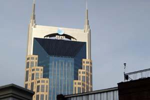 La mayor parte dentro de la industria están de acuerdo en que AT & T enfrentan retos únicos y la presión para construir su red (Frontline de PBS).