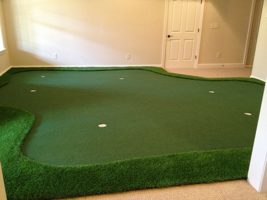 Golf Room with putting green