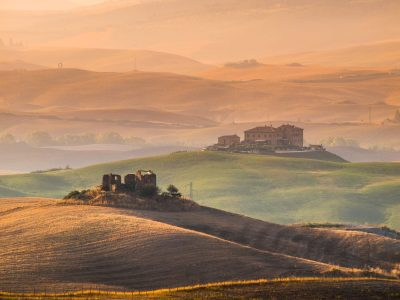 tuscany-countryside-with-hills-and-villas-PD9EX4C