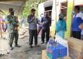 Anas Jusuf (dua dari kiri), saat menyerahkan langsung bantuan kepada korban kebakaran. (Foto : Istimewa).
