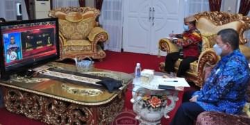Wagub Gorontalo H. Idris Rahim (kanan) didampingi Kepala Badan Keuangan, Danial Ibrahim, mengikuti Pertemuan Tahunan OJK secara virtual di rumah jabatan Wagub Gorontalo, Jumat (15/1/2021). (Foto : Haris – Humas)