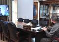 Wagub Gorontalo H. Idris Rahim mengikuti rapat monitoring dan evaluasi secara virtual yang dipimpin oleh Menteri Kesehatan dan Menteri Dalam Negeri di ruang kerjanya, Senin (25/1/2021). (Foto : Haris)