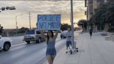 Photo of Girl Gets Into Scuffle With #BLM Supporters After Holding Up 'Police Lives Matter' Sign