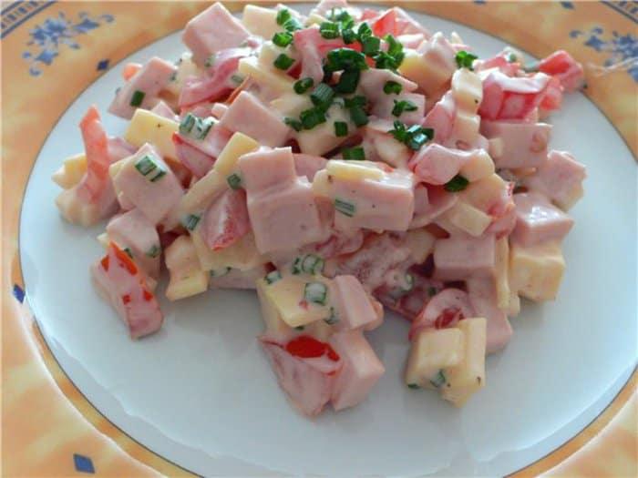 Салат з ковбасою та сиром: з'їдається до останньої крихти