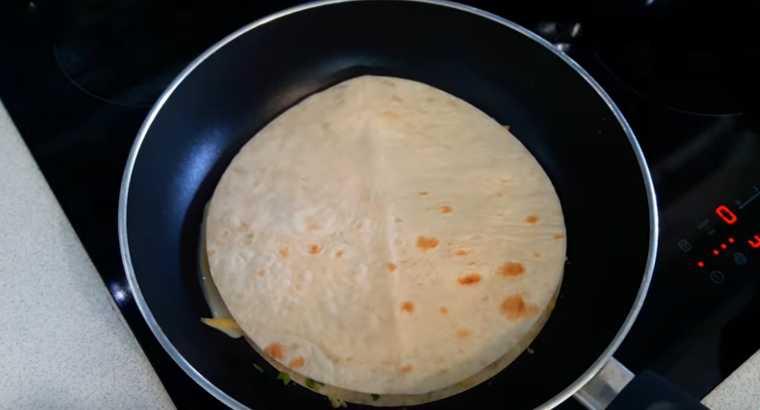 Сніданок з лаваша і ковбаси: все поклали в сковороду і забули