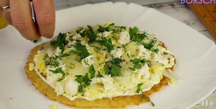 Закусочний торт із картопляних млинців, начинкою з сиру, цибулі та свіжої зелені