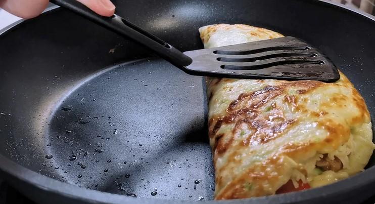 Готую вечерю з фаршу і кабачків на сковорідці. Майже як млинці з начинкою, але виходять соковитіше