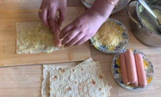 Сосиски в лаваші на сковороді