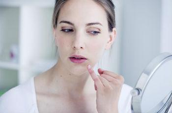 Трещины в уголках губ: причины, симптом заболевания, как ...