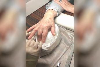 У старушки не было денег, чтобы заплатить за маникюр. Когда она вышла из салона, за ней бросились сломя голову!