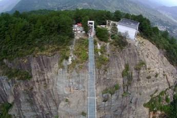 На первый взгляд, это обычный мост… Но если бы ты знал, из чего он сделан, ты бы туда ни ногой!