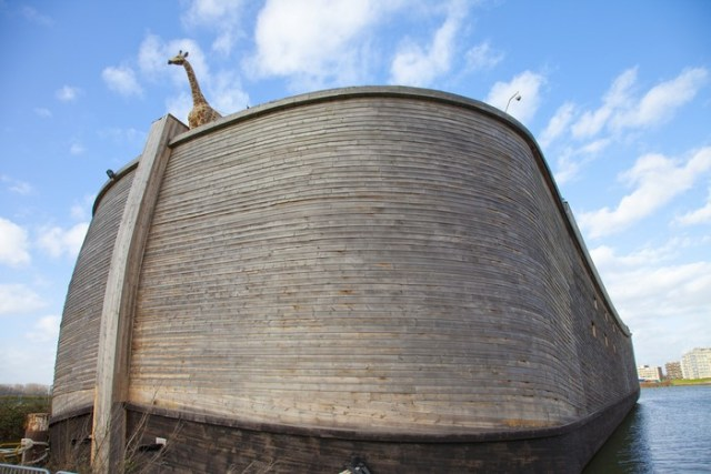 Миллионер построил точную копию Ноева Ковчега. Заходя внутрь, посетители не верят своим глазам!