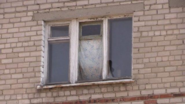 Хозяин выбросил его с 4-го этажа за кусок колбасы! Голодного пса лечат всем миром…