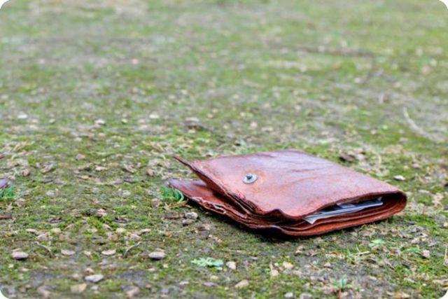 Парень нашел поношенный бумажник. Он и представить не мог, к чему это приведет!