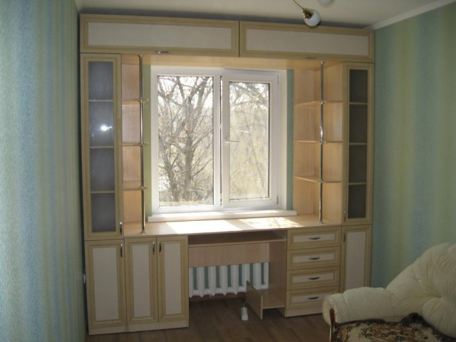Шкафы вокруг окна — это не только красиво, но и очень практично. Идеи для вдохновения