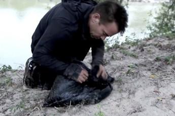 Мужчина нашел этот мусорный пакет на берегу реки. Что было внутри? Не передать словами…