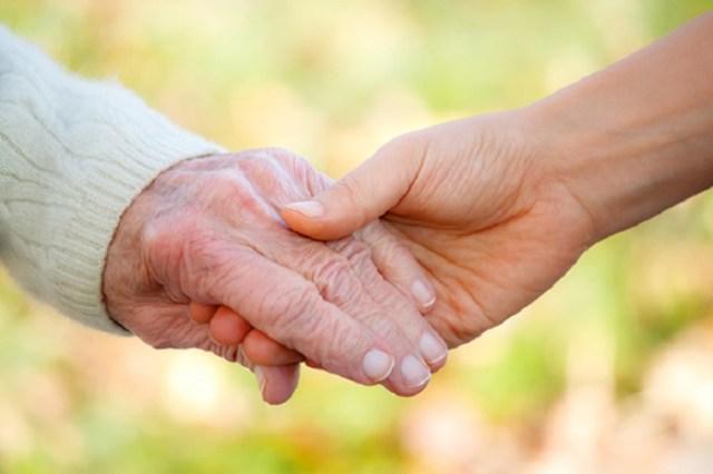 Это напоминание о том, что важно ценить и любить то, что даётся только раз. Берегите своих родителей