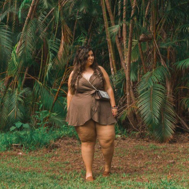 В сети бурно обсуждают ноги этой девушки. Вот как на ней смотрятся короткие шорты
