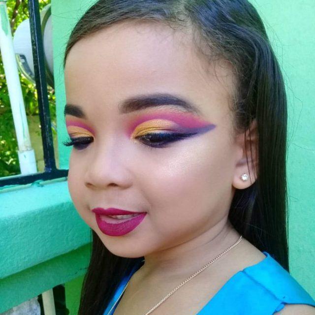 В сети обсуждают детей с многочисленным макияжем