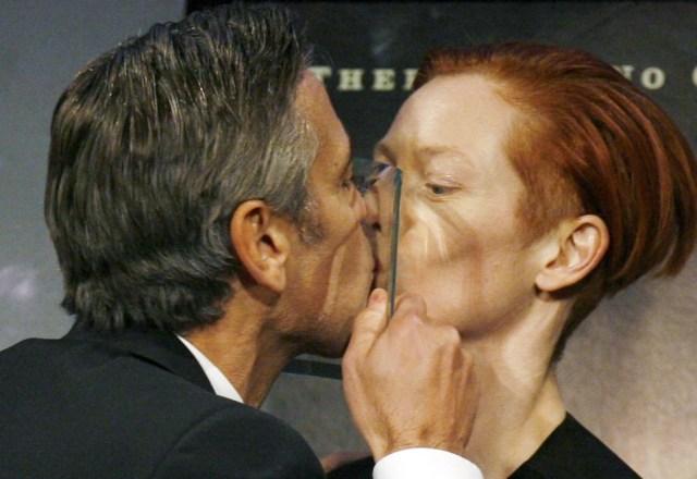 Почему люди закрывают глаза во время поцелуя?
