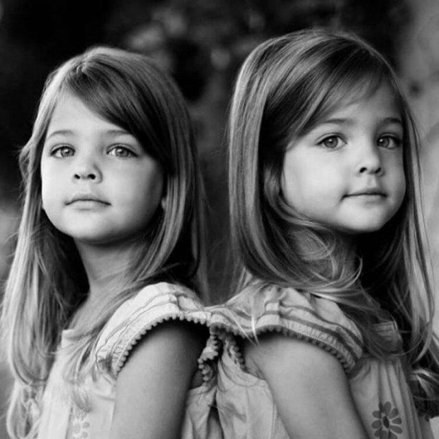 Вот как сейчас выглядят близняшки, которых называли самыми красивыми