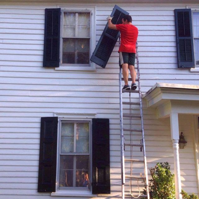 Соседи собрались вместе и сами отремонтировали дом старенькой учительницы