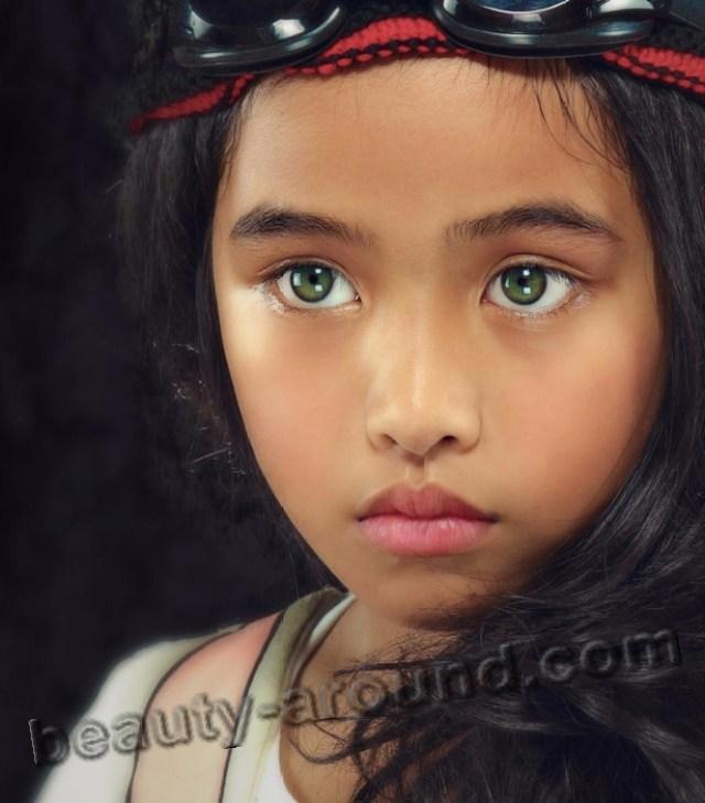Девочка с редкими изумрудными глазами, чья необычная красота покорила пользователей интернета