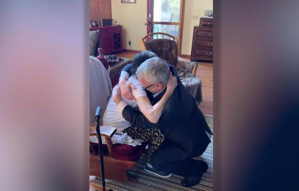60-летний старик расплакался, впервые встретив маму, которая отдала его в приют