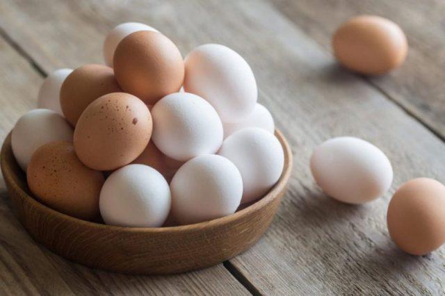 Почему лучше покупать белые, а не коричневые яйца