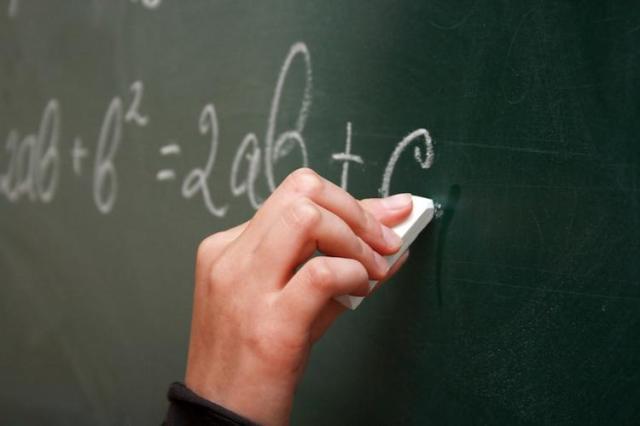 Учитель математики пришел к своей ученице и провел урок прямо под окнами