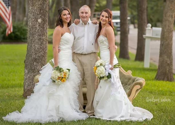 «Папа мог не дожить» Сестры-близнецы устроили необычную «свадьбу», чтобы порадовать отца