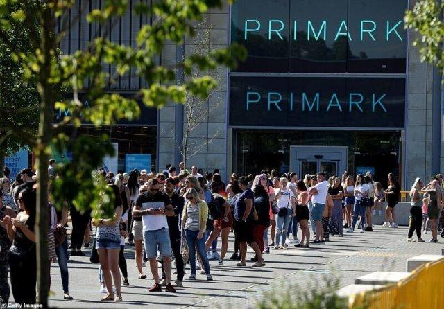 """""""После карантина"""" Очереди в британские магазины растянулись на километры"""