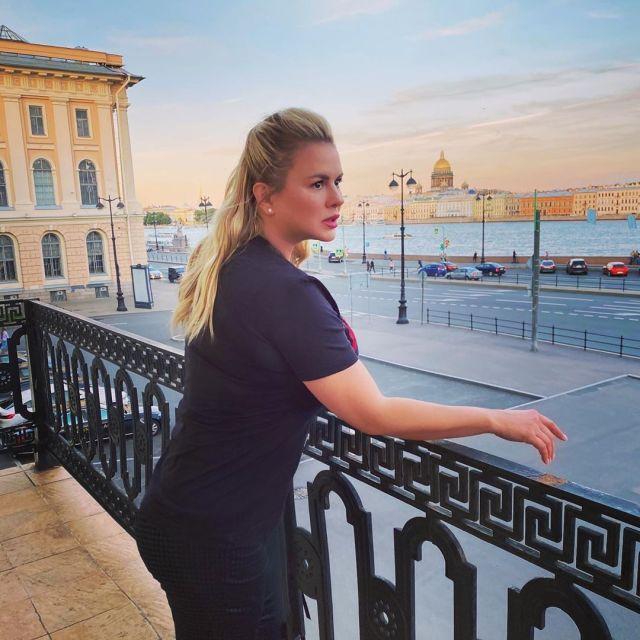 «Подбородок зачем срезали?» Анну Семенович уличили в злоупотреблении фотошопом