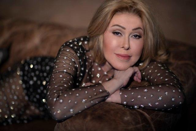 Всё молодится. 66-летняя Успенская снялась на столе в колготках, чем вывала критику в сети