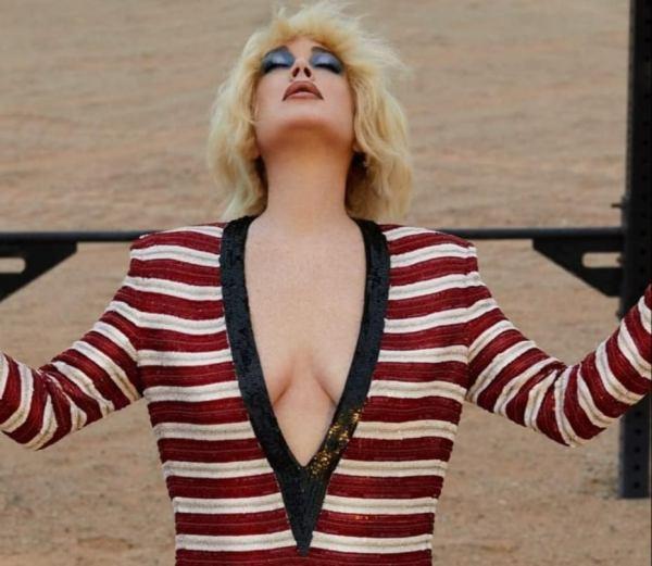 Теперь блондинка. Неузнаваемая Лохан поразила фанатов вырезом до пупа