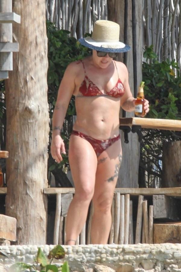 Пивной животик. 41-летняя Пинк засветила лишнее на фото в купальном костюме