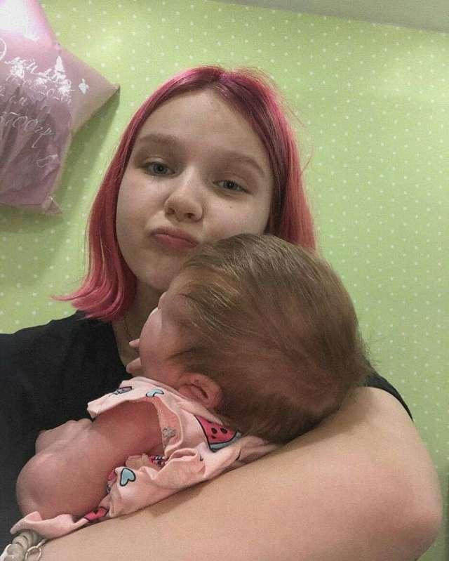 Родившая в 14 лет Дарья Суднишникова впервые показала лицо дочери