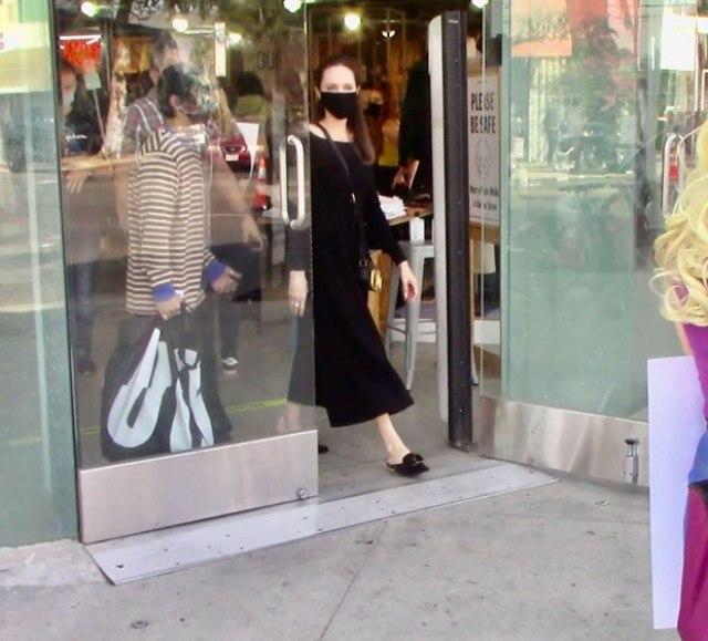 Худощавая фигура и ножки-спички: осунувшуюся Анджелину Джоли засняли во время шоппинга