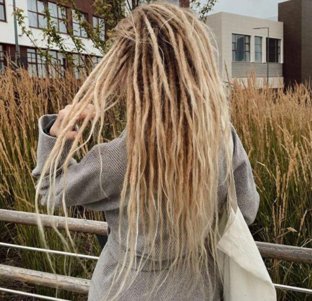 5 лет девушка ходила с дредами, а потом их расплела. И вот как выглядит ее волосы сейчас