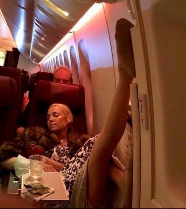 Показала фирменную растяжку. Волочкова отличилась на борту самолета, смутив экипаж