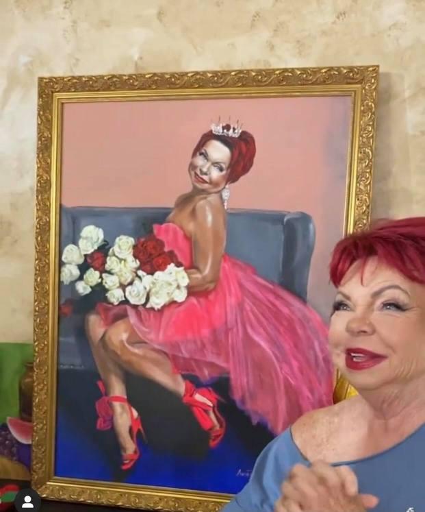 Культ вокруг бабули. Тарзан подарил маме Люде ее смелый портрет. Она счастлива!
