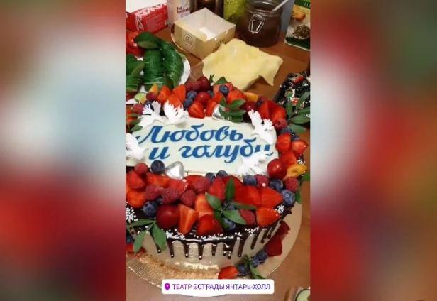 А где нравственность? Голубкину осудили за торт в день похорон Меньшова