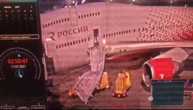 Открыл дверь самолета без ведома, но спас задыхающихся людей. Теперь его хотят осудить