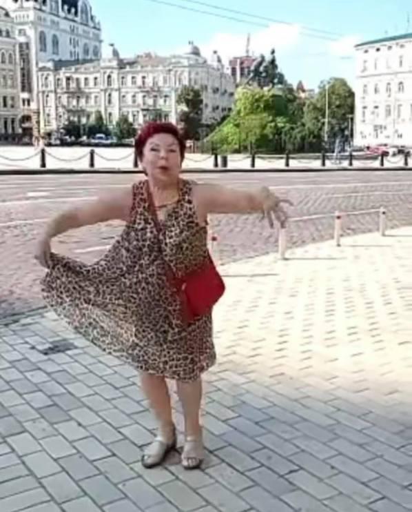 Старушка в деле. 75-летняя мама Люда задернула платье и показала панталоны