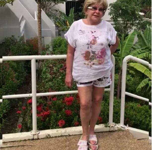 Остановите старушку. 78-летняя Вовк светит прелестями в мини шортиках и купальном костюме
