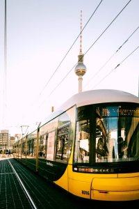 Berliner Straßenbahn vor Fernsehturm
