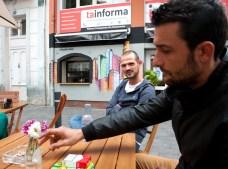 Jorge y Guillermo con el grafitti de la fachada de fondo