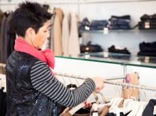 Conchi coloca vestidos en la tienda