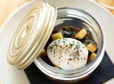 Huevo en salsa Meurette, todavía sin abrir